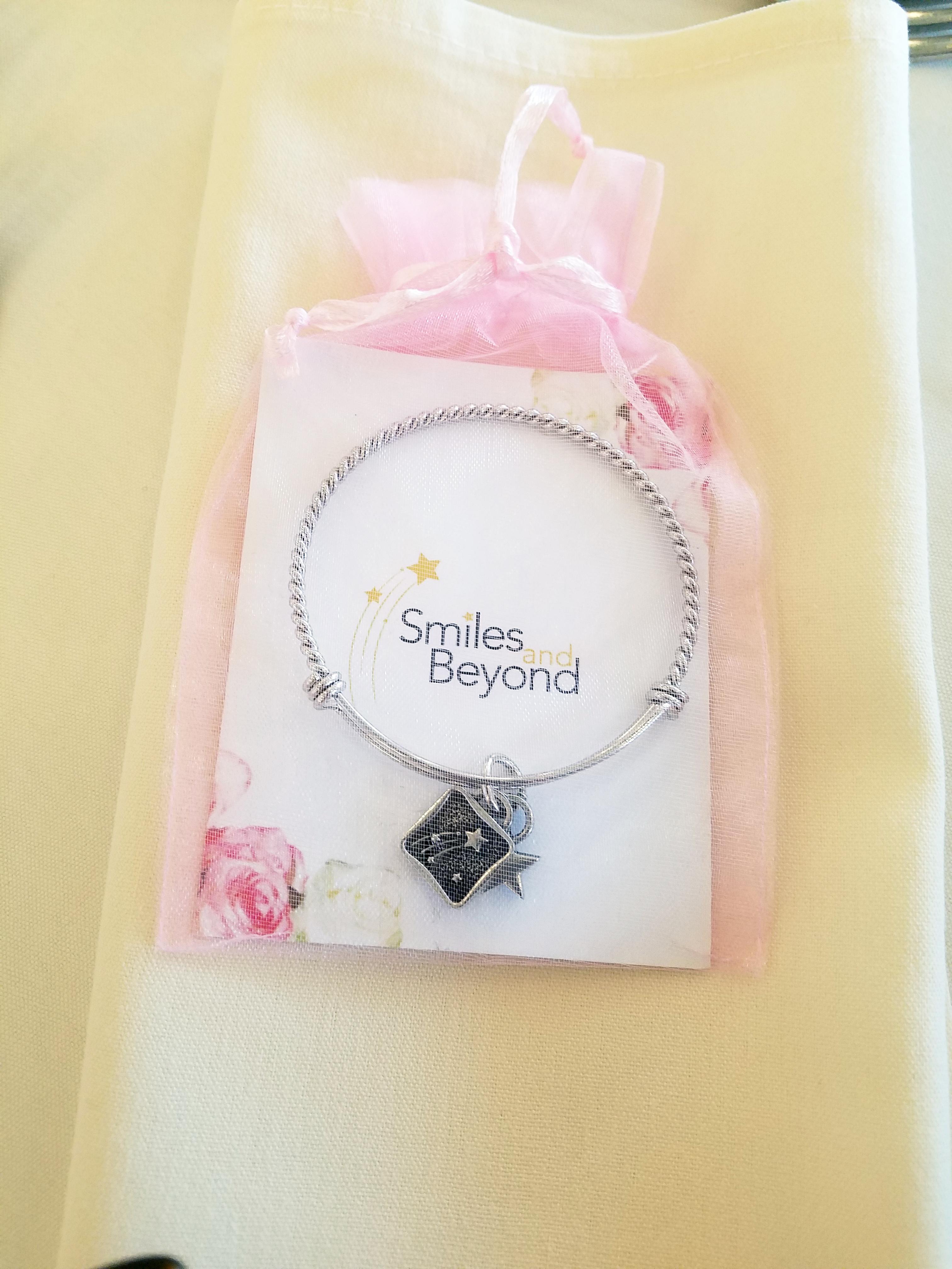 chic custom event bracelets and presentation